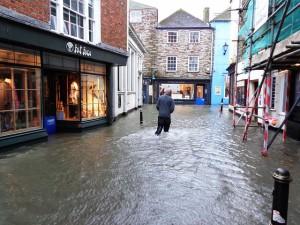 ゲリラ豪雨で床下浸水した時、保険は使える?