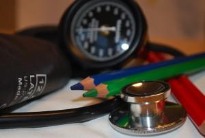 低血圧で転倒し怪我をしたら、傷害保険は使える?