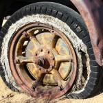 タイヤがいたずらされパンクしたら、車両保険は使える?